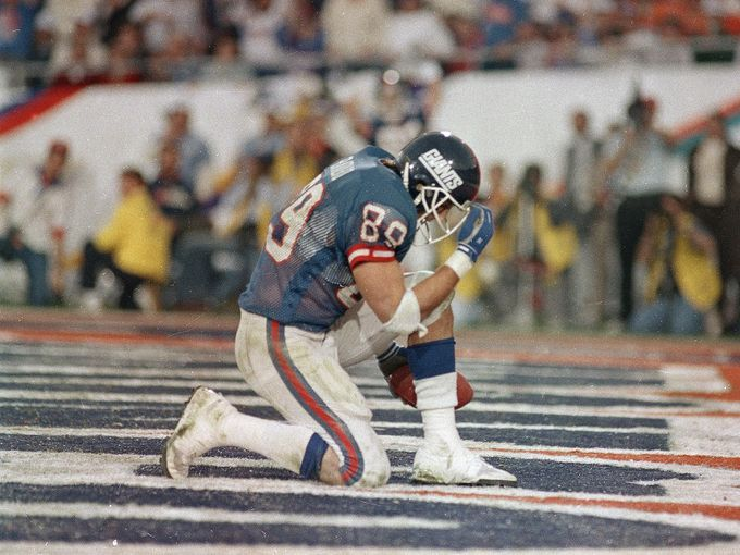 21 mark bavaro kneels after a TD pass from Phil Simms
