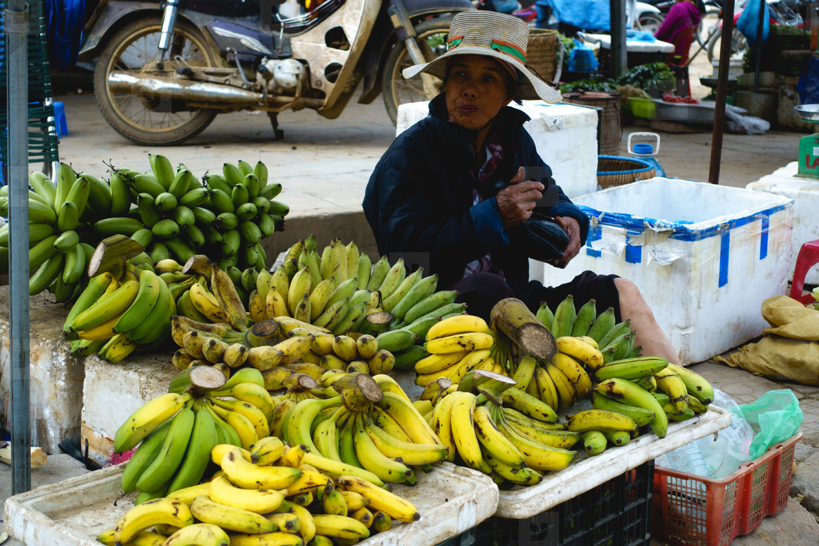 selling bananas by the road